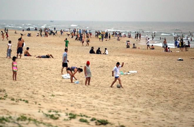 Nha Trang: Hàng nghìn người tập trung tắm biển giữa lúc cả nước oằn mình chống dịch Covid-19 - Ảnh 5