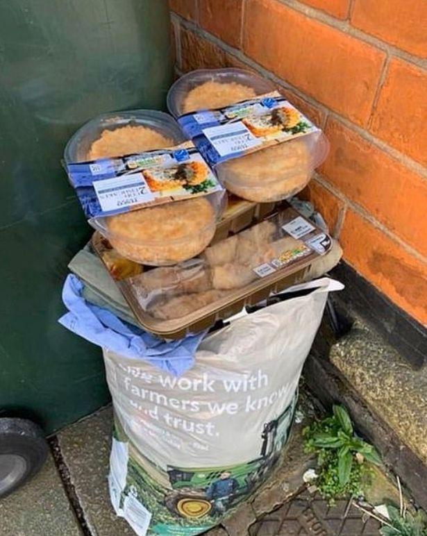 Sau 'cơn bão' tích trữ thực phẩm vì Covid-19, thùng rác trên phố xuất hiện những thứ khiến nhiều người phải giật mình tự nhìn lại bản thân - Ảnh 2
