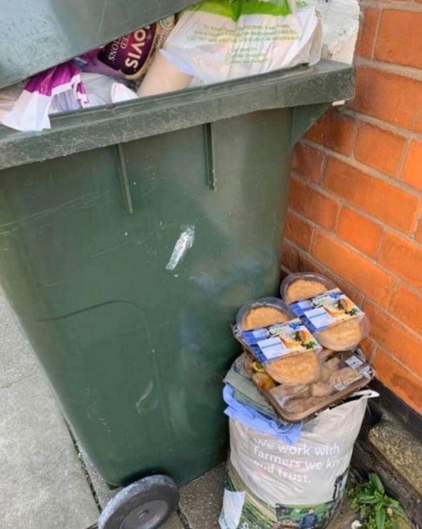 Sau 'cơn bão' tích trữ thực phẩm vì Covid-19, thùng rác trên phố xuất hiện những thứ khiến nhiều người phải giật mình tự nhìn lại bản thân - Ảnh 4