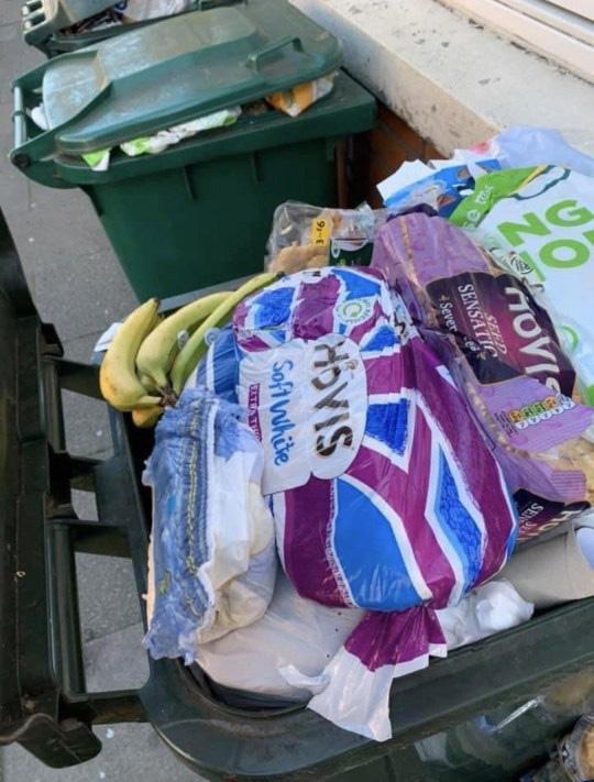 Sau 'cơn bão' tích trữ thực phẩm vì Covid-19, thùng rác trên phố xuất hiện những thứ khiến nhiều người phải giật mình tự nhìn lại bản thân - Ảnh 5
