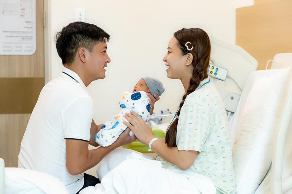 'Thót tim' nghe Hải Băng kể tường tận hành trình đẻ mổ: Cắt lớp đầu tiên là rách hết bên trong, bé sinh ra tím tái - Ảnh 4