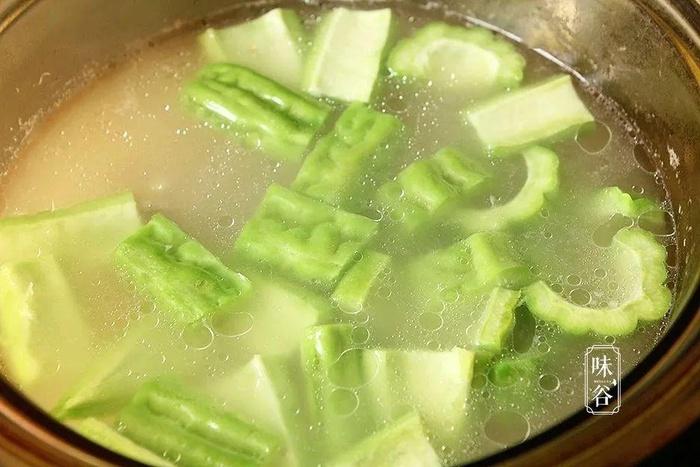 Cách làm món canh mướp đắng nấu sườn đậu nành vừa giải nhiệt ngày nắng - Ảnh 4