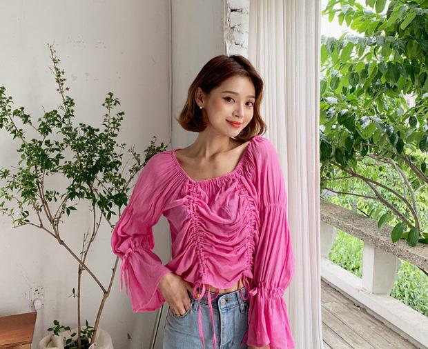"""4 mẫu áo blouse chống chỉ định chị em diện đi làm bởi kiểu thì hở hang quá, kiểu thì """"bô nhếch"""" kém sang - Ảnh 1"""