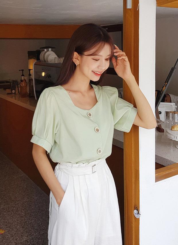 """4 mẫu áo blouse chống chỉ định chị em diện đi làm bởi kiểu thì hở hang quá, kiểu thì """"bô nhếch"""" kém sang - Ảnh 2"""