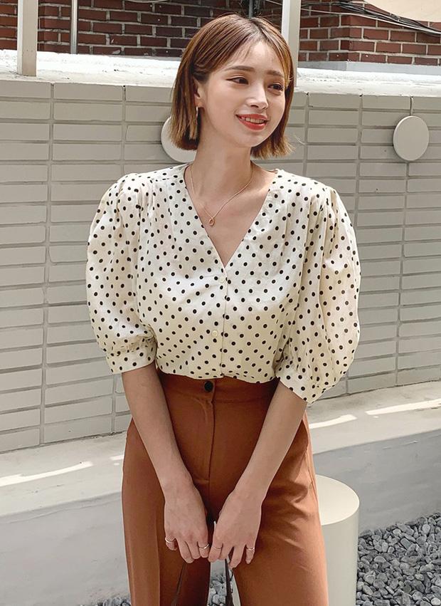 """4 mẫu áo blouse chống chỉ định chị em diện đi làm bởi kiểu thì hở hang quá, kiểu thì """"bô nhếch"""" kém sang - Ảnh 8"""