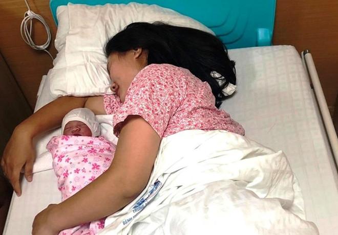 Sản phụ Phú Thọ 'mẹ tròn con vuông' sau khi đẻ rơi con gái trên taxi - Ảnh 1