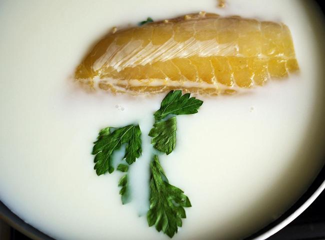 Trước khi nấu tôi thả cá vào sữa, mẹ chồng lắc đầu ngán ngẩm nhưng ăn rồi tấm tắc khen món cá mềm ngọt lại chẳng còn chút mùi tanh - Ảnh 3