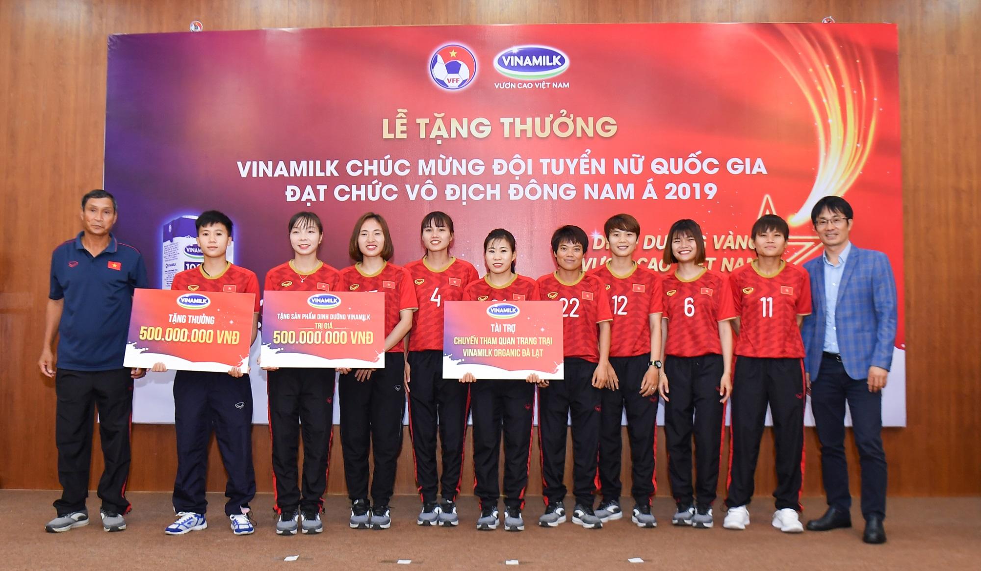 Vinamilk trao thưởng chúc mừng đội tuyển bóng đá nữ quốc gia vô địch Đông Nam Á 2019 - Ảnh 1