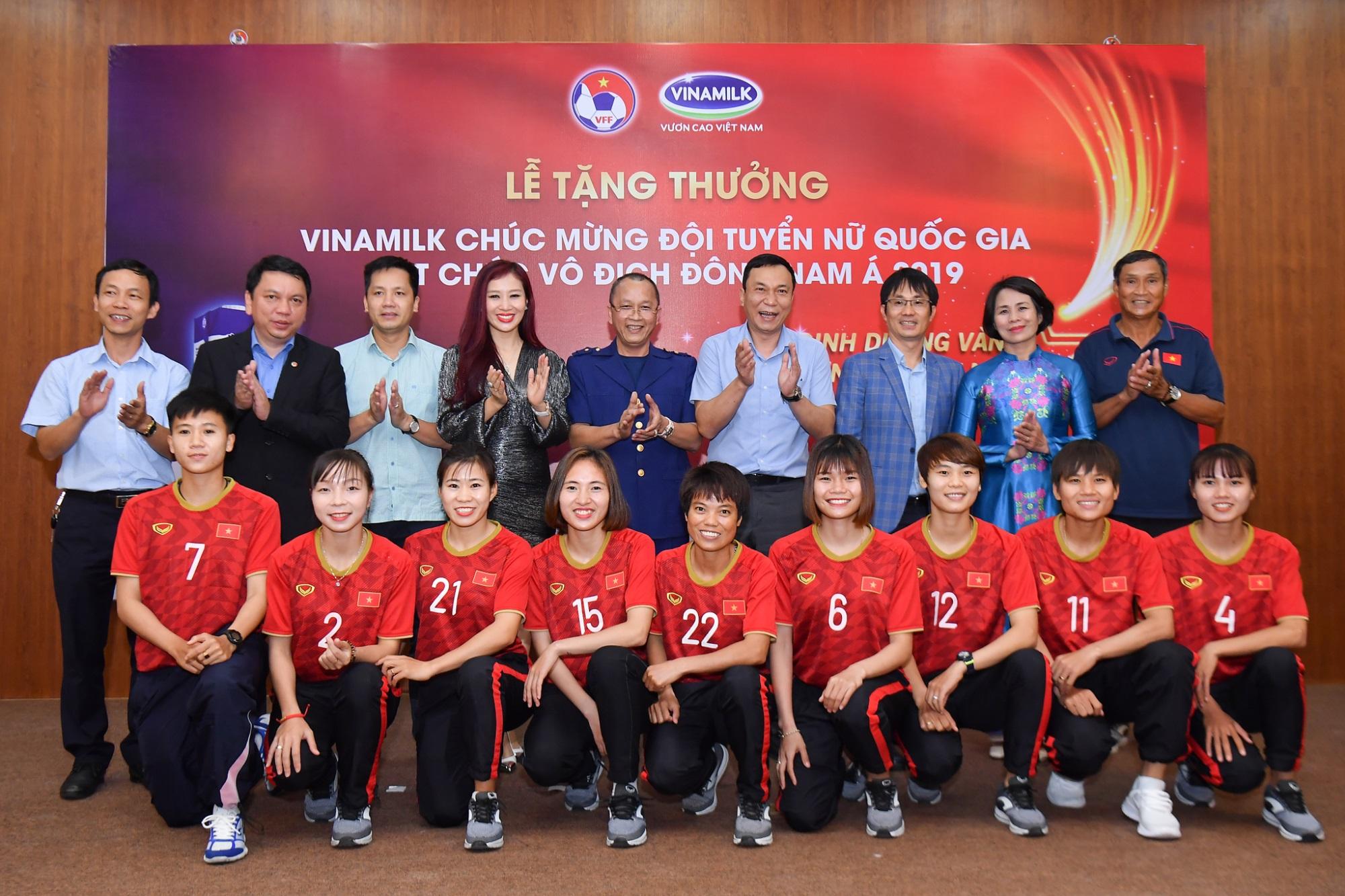 Vinamilk trao thưởng chúc mừng đội tuyển bóng đá nữ quốc gia vô địch Đông Nam Á 2019 - Ảnh 4