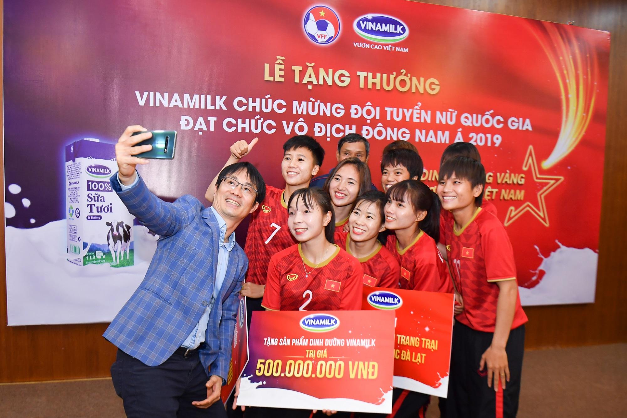 Vinamilk trao thưởng chúc mừng đội tuyển bóng đá nữ quốc gia vô địch Đông Nam Á 2019 - Ảnh 7
