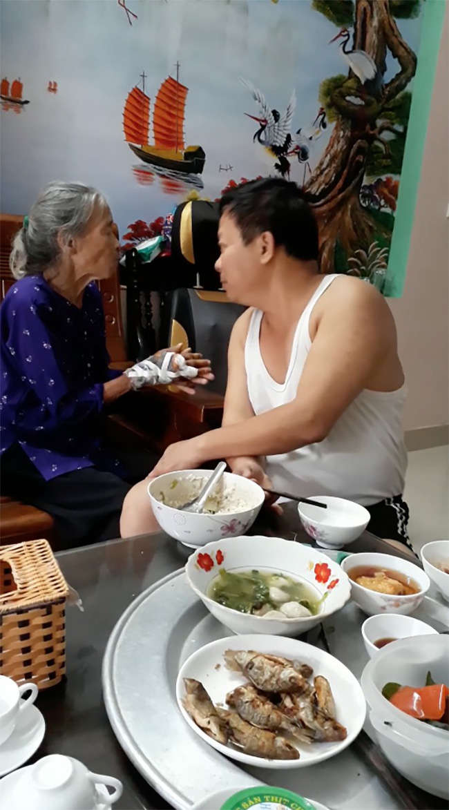Ấm lòng xem đoạn clip con trai bật hát Xoan, ân cần xúc cơm nịnh mẹ già 90 tuổi ăn từng thìa - Ảnh 1