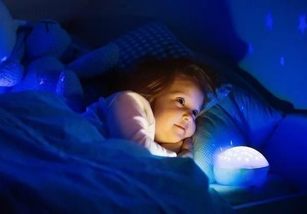 Bé 7 tuổi dậy thì sớm do bật đèn ngủ suốt 3 năm - Ảnh 1