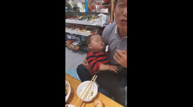 Cảnh giới cao của ăn và ngủ: Phút trước còn đứng bốc thức ăn lia lịa, phút sau đã trèo vào lòng bố ngủ ngon lành - Ảnh 1