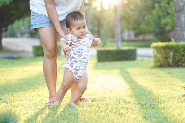Tiếc của, mẹ bắt con đi giày cũ của chị, 5 năm sau nhìn đôi chân bé mà bật khóc - Ảnh 2