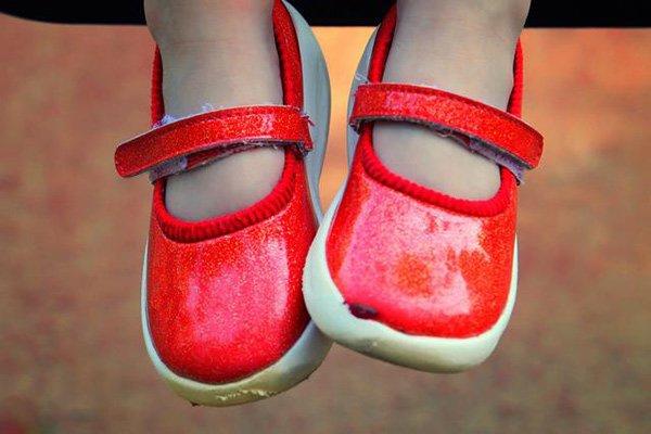 Tiếc của, mẹ bắt con đi giày cũ của chị, 5 năm sau nhìn đôi chân bé mà bật khóc - Ảnh 3
