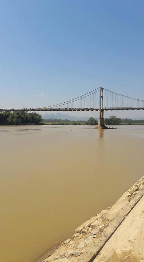 Hé lộ nguyên nhân vụ nữ sinh lớp 10 bỏ sách vở trên thành cầu rồi gieo mình xuống sông - Ảnh 1
