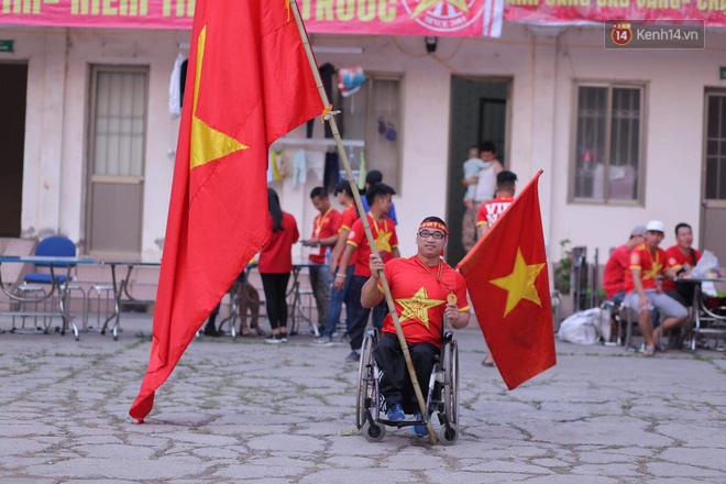 Chàng trai khuyết tật tự đi xe ba bánh gần 40 km đến Hà Nội cổ vũ đội tuyển Việt Nam trong trận đấu với tuyển Philippines - Ảnh 2