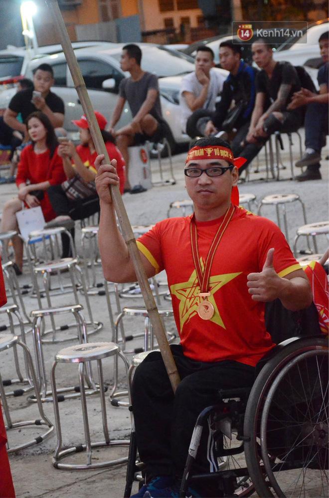 Chàng trai khuyết tật tự đi xe ba bánh gần 40 km đến Hà Nội cổ vũ đội tuyển Việt Nam trong trận đấu với tuyển Philippines - Ảnh 3