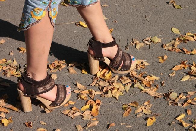 Nếu không muốn tổn hại đến sức khỏe, phụ nữ nên tránh xa 10 món đồ thời trang này - Ảnh 2
