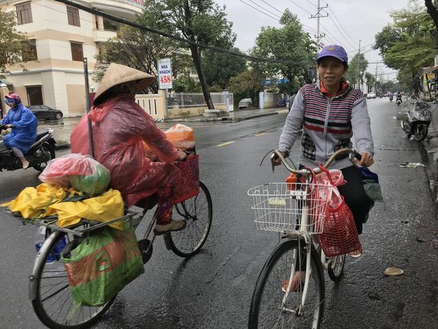 'Nhìn chị đạp chiếc xe cũ mèm tới trả lại ví tiền, tôi khóc' - Ảnh 4