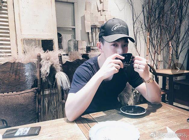 Tình địch của Phạm Băng Băng khiến fan bấn loạn khi khoe chồng 'soái ca' ngày đầu năm mới - Ảnh 1