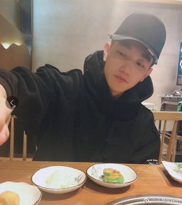 Tình địch của Phạm Băng Băng khiến fan bấn loạn khi khoe chồng 'soái ca' ngày đầu năm mới - Ảnh 2