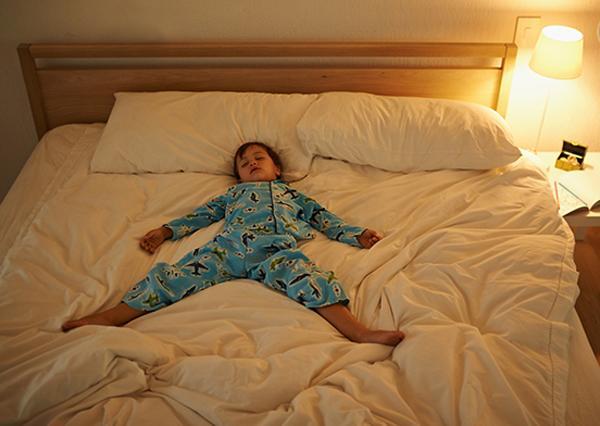 Trời lạnh, bố mẹ đừng để trẻ ngủ như thế này vào ban đêm kẻo lại mất con - Ảnh 1