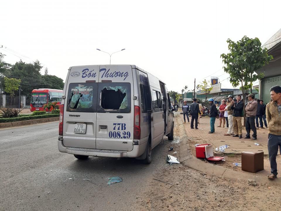Xe khách 16 chỗ gây tai nạn liên hoàn, 4 người thương vong - Ảnh 1
