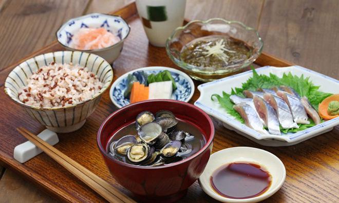 Con gái Nhật ngày Tết chẳng cần ăn kiêng mà dáng vẫn đẹp là nhờ duy trì những nguyên tắc ăn uống sau - Ảnh 1