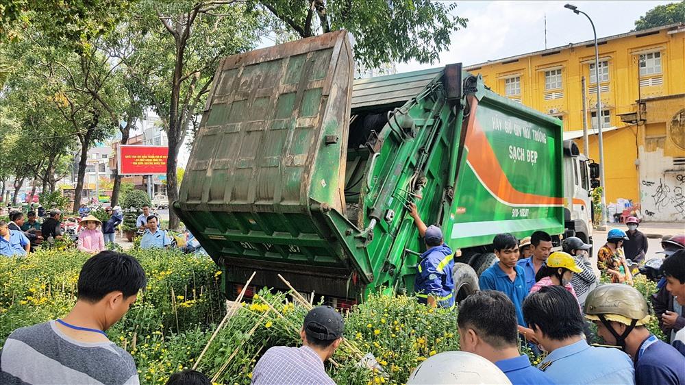 Nông dân rơi nước mắt 'tiễn' hoa ế lên xe rác, dứt khoát không xin cho - Ảnh 3