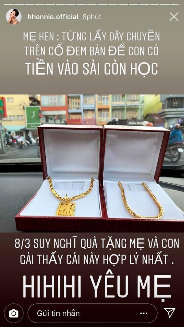 Mua dây chuyền vàng 'khủng' tặng mẹ nhân ngày 8/3, H'Hen Niê tiết lộ bí mật đặc biệt phía sau - Ảnh 1