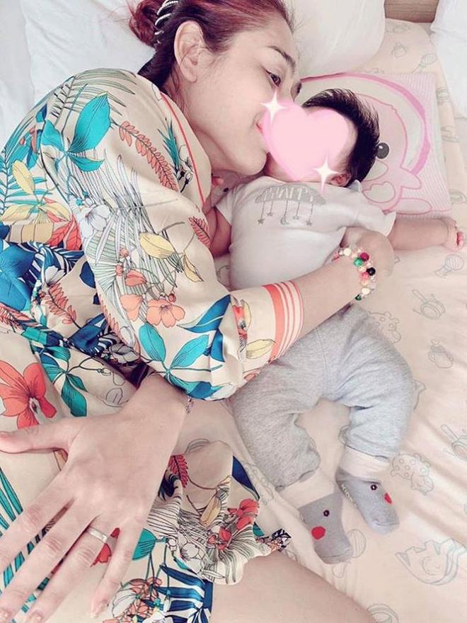 Lâm Khánh Chi khoe ảnh con trai gần 4 tháng tuổi cứng cáp, đã biết ngồi - Ảnh 4