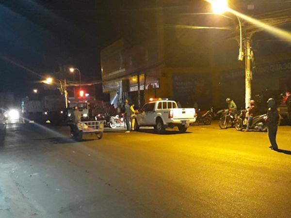 TP. HCM: Người dân bàng hoàng khi thấy nam thanh niên đi bộ lao vào xe ben tự tử - Ảnh 1