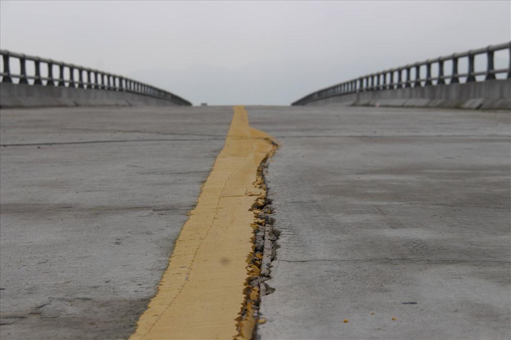 Công trình thuộc dự án đường tránh lũ: Bị nứt nẻ do... gần ao cá? - Ảnh 2