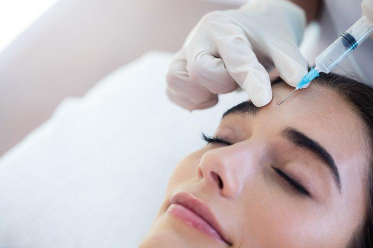 Kiêng hoạt động mạnh sau khi tiêm Botox là việc các bạn nên làm để tránh tụ, bầm máu
