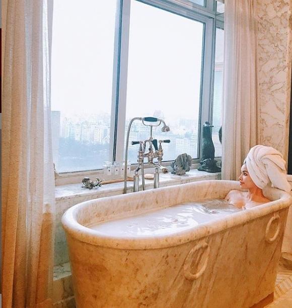Sau khi phủ nhận tin âm thầm về Việt Nam, Phạm Hương tung ảnh gợi cảm trong phòng tắm - Ảnh 2