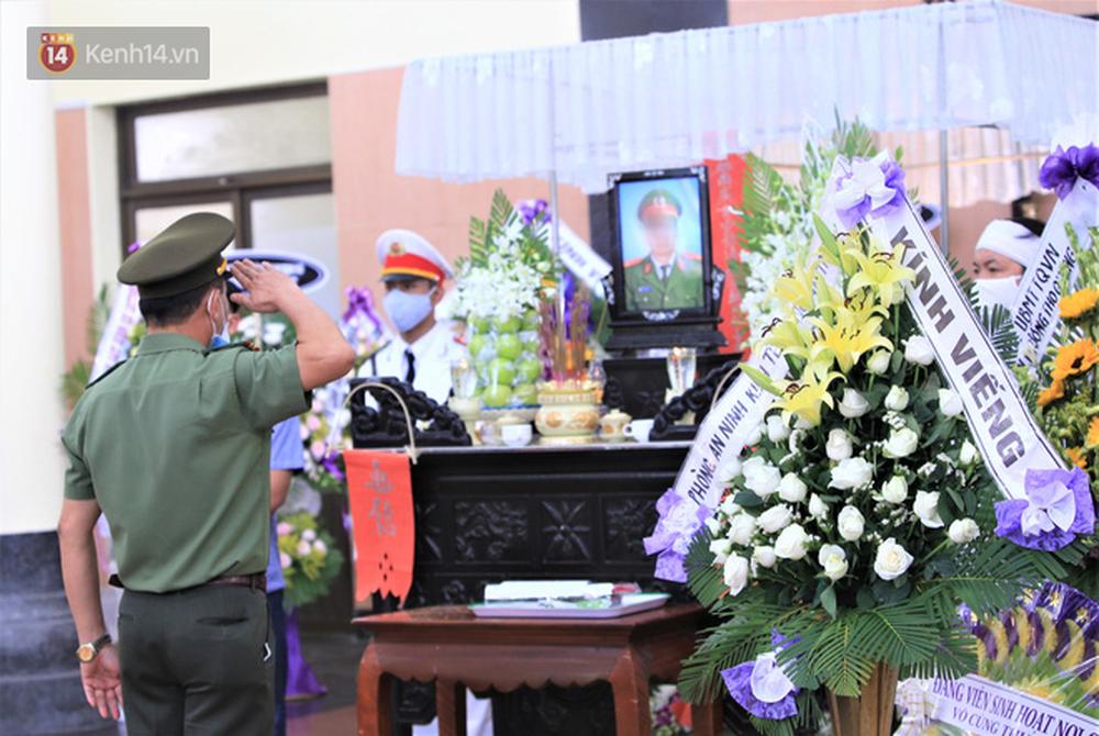 Nghẹn lòng lễ tang của 2 chiến sĩ công an hi sinh trong lúc truy bắt nhóm đua xe cướp giật: 'Đồng đội ơi!' - Ảnh 11