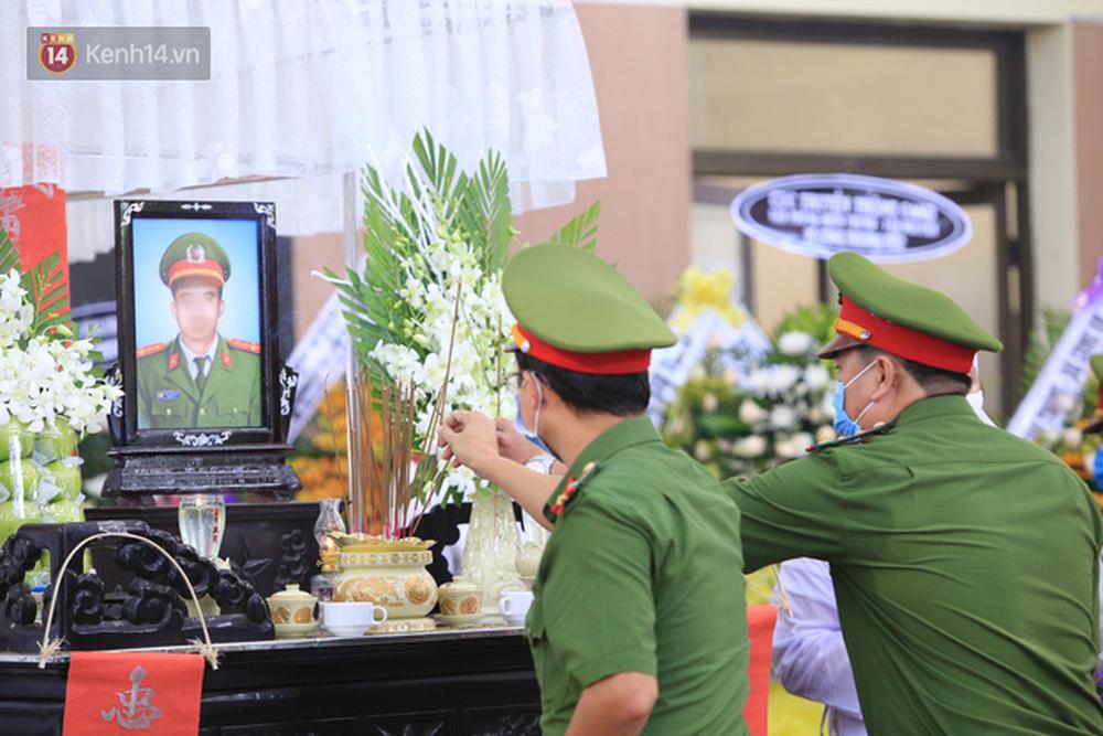 Nghẹn lòng lễ tang của 2 chiến sĩ công an hi sinh trong lúc truy bắt nhóm đua xe cướp giật: 'Đồng đội ơi!' - Ảnh 12