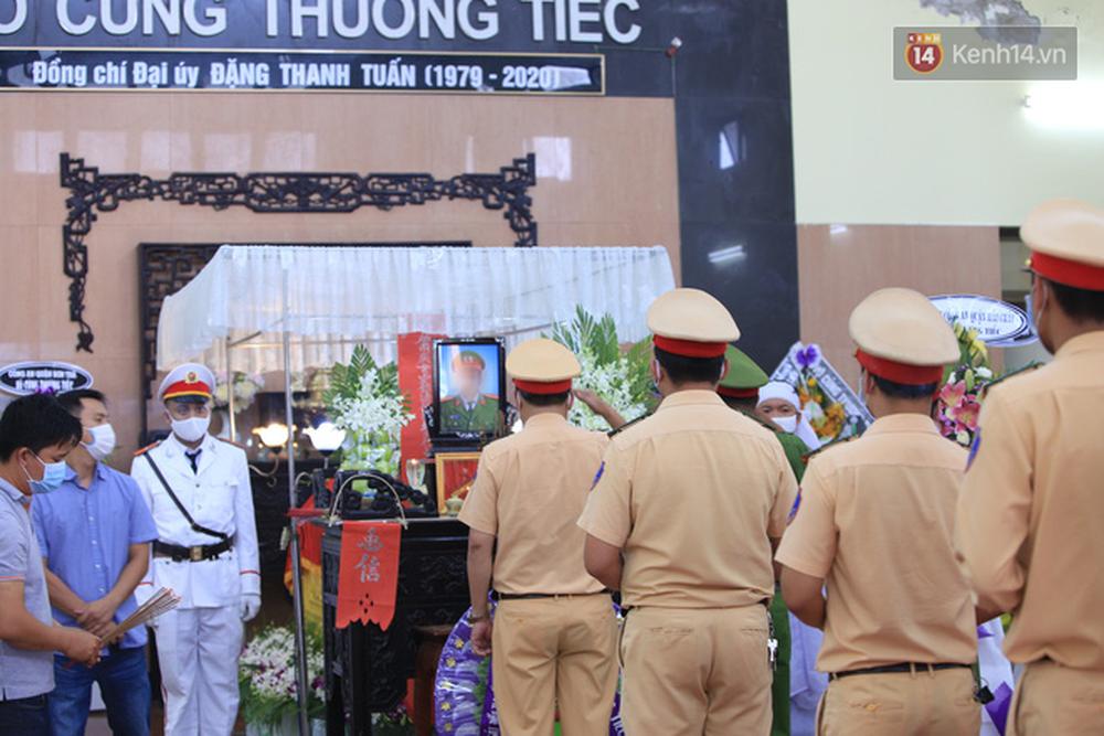 Nghẹn lòng lễ tang của 2 chiến sĩ công an hi sinh trong lúc truy bắt nhóm đua xe cướp giật: 'Đồng đội ơi!' - Ảnh 15