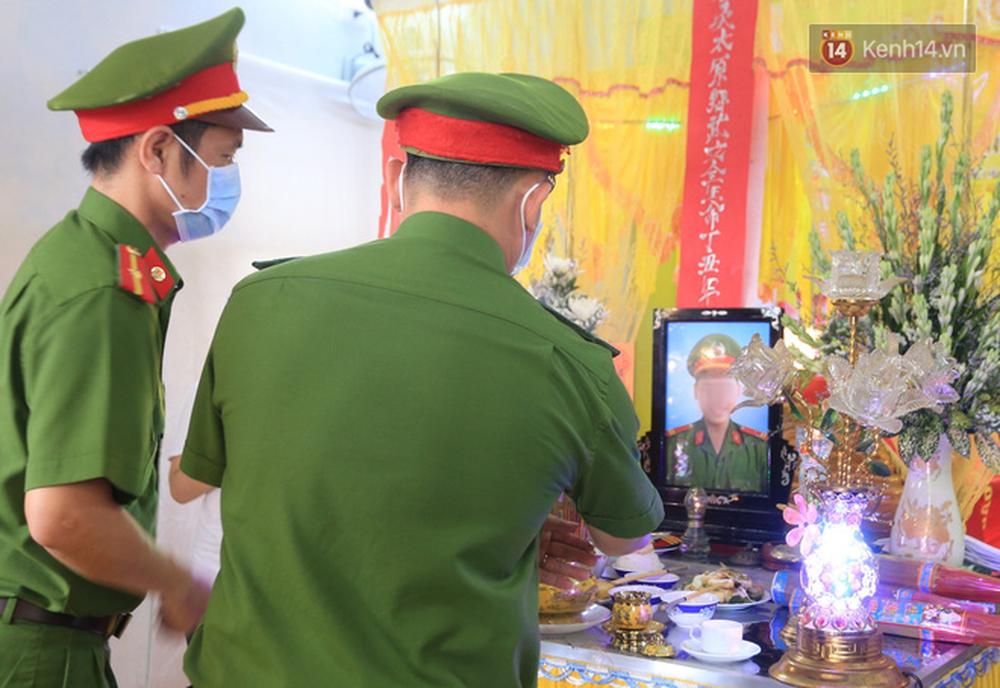 Nghẹn lòng lễ tang của 2 chiến sĩ công an hi sinh trong lúc truy bắt nhóm đua xe cướp giật: 'Đồng đội ơi!' - Ảnh 3