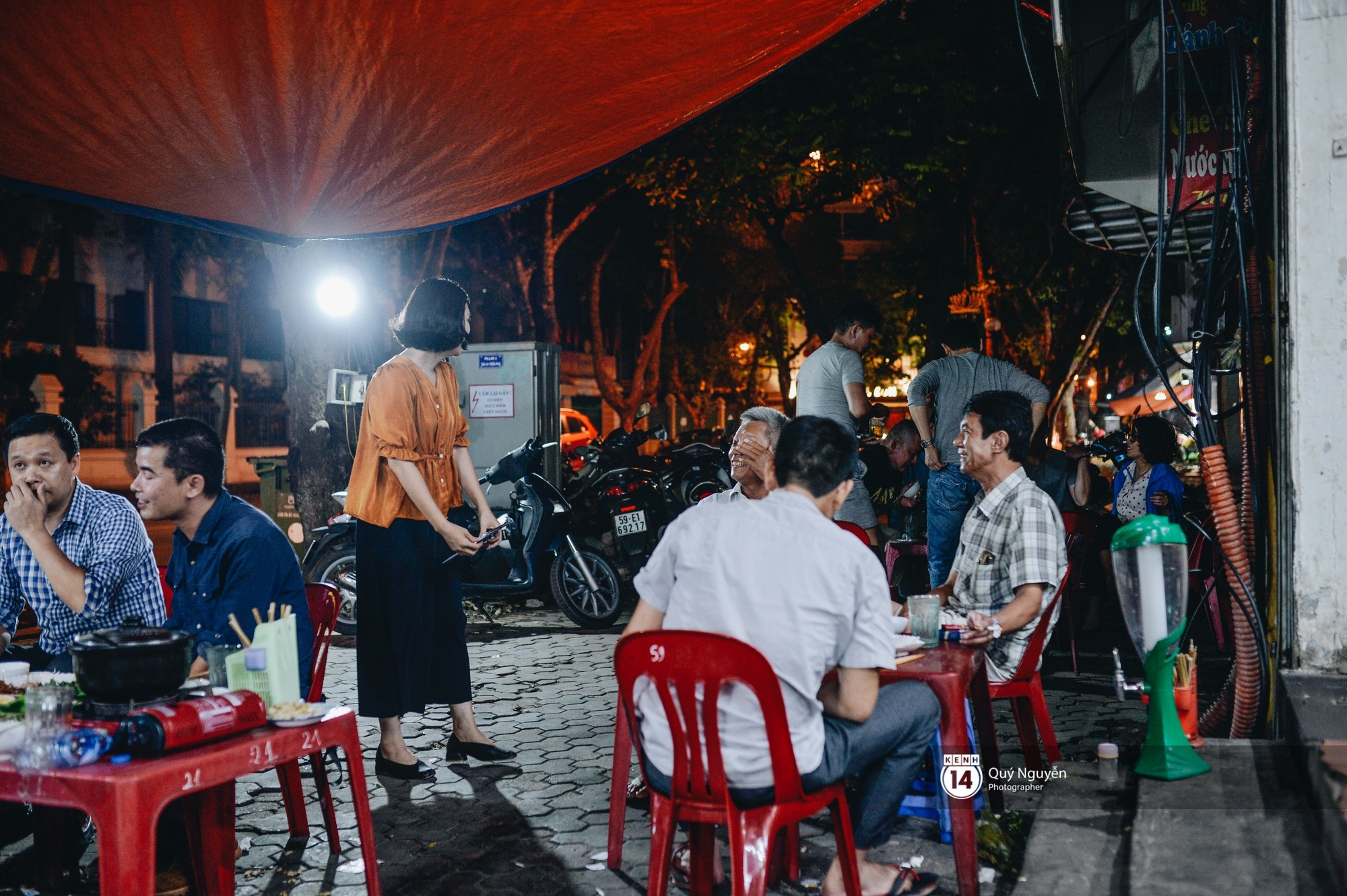 Cuộc sống hiện tại của Nguyệt trong Phía trước là bầu trời: Sáng đi dạy múa, tối về làm chủ quán bia - Ảnh 2