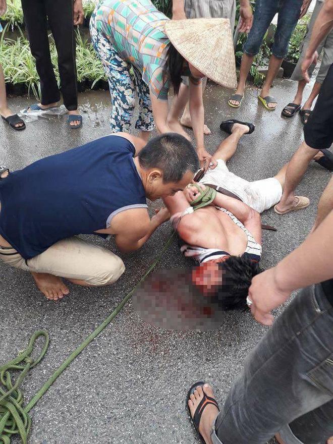 Người đàn ông ăn mặc sang trọng bị dân vây đánh: Nghi bắt cóc trẻ em - Ảnh 3