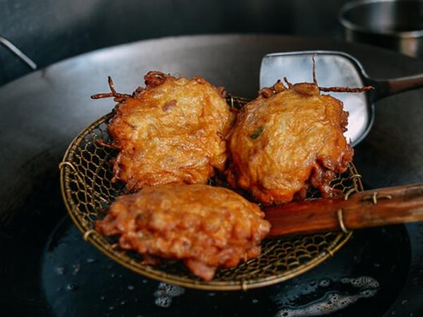 Cách làm món trứng chiên thịt gà vỏ giòn tan, trong mềm thơm cho bé - Ảnh 4