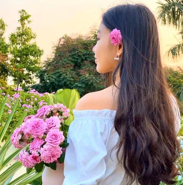 'Cực phẩm' vườn hồng: Con gái MC Quyền Linh khoe tóc dài thướt tha, góc nghiêng mỹ miều khiến dân tình mê đắm - Ảnh 2