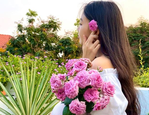 'Cực phẩm' vườn hồng: Con gái MC Quyền Linh khoe tóc dài thướt tha, góc nghiêng mỹ miều khiến dân tình mê đắm - Ảnh 1