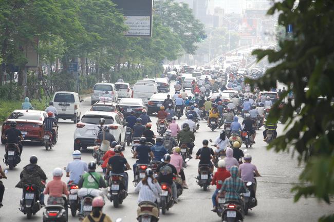 Chùm ảnh: Người Hà Nội 'chen chúc' đến nơi làm việc giữa trời nắng nóng sau kì nghỉ lễ dài ngày - Ảnh 7