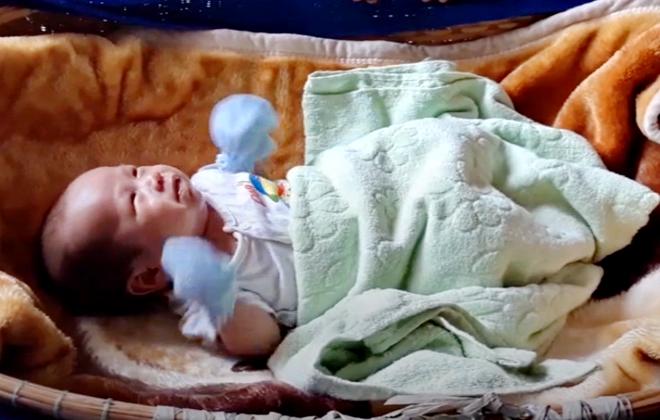 Bé trai hai tháng tuổi kháu khỉnh bị bỏ rơi trước cổng chùa - Ảnh 1