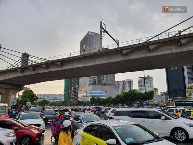 Đường phố Sài Gòn ngập lênh láng sau cơn mưa lớn, người dân khổ sở dắt xe lội nước trên đường - Ảnh 2
