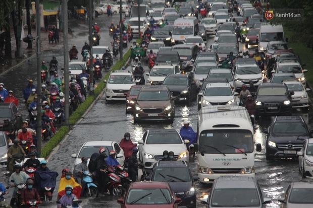 Đường phố Sài Gòn ngập lênh láng sau cơn mưa lớn, người dân khổ sở dắt xe lội nước trên đường - Ảnh 3