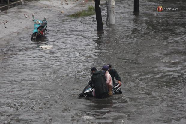 Đường phố Sài Gòn ngập lênh láng sau cơn mưa lớn, người dân khổ sở dắt xe lội nước trên đường - Ảnh 5